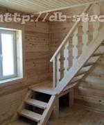 поворотная лестница в холле